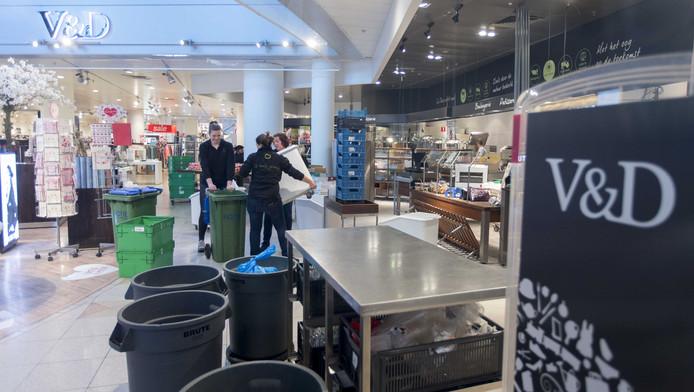 Bij de V&D Rotterdam worden alle spullen gesorteerd en weggegooid.