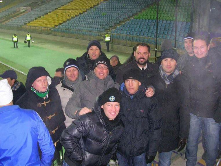 Werner (centraal in grijze jas met bril) tussen zijn voetbalvrienden.