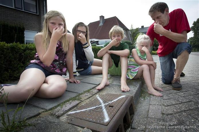 De bewoners van de Entersestraat zijn de stank in hun straat zat. Foto Rikkert Harink