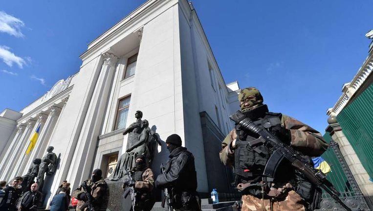 Oekraïense militairen bij het parlmentsgebouw in Kiev Beeld AFP