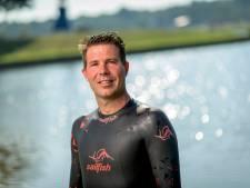 Twentse Dennis vergezelt Maarten van der Weijden tijdens Elfstedenzwemtocht