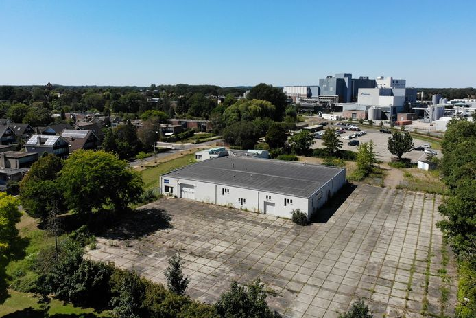 Op deze bedrijfslocatie aan de Needseweg wil de gemeente een parkeerterrein aanleggen voor medewerkers. Op de achtergrond is de parkeerplaats P1 te zien, waar nu 150 plekken worden gehuurd.