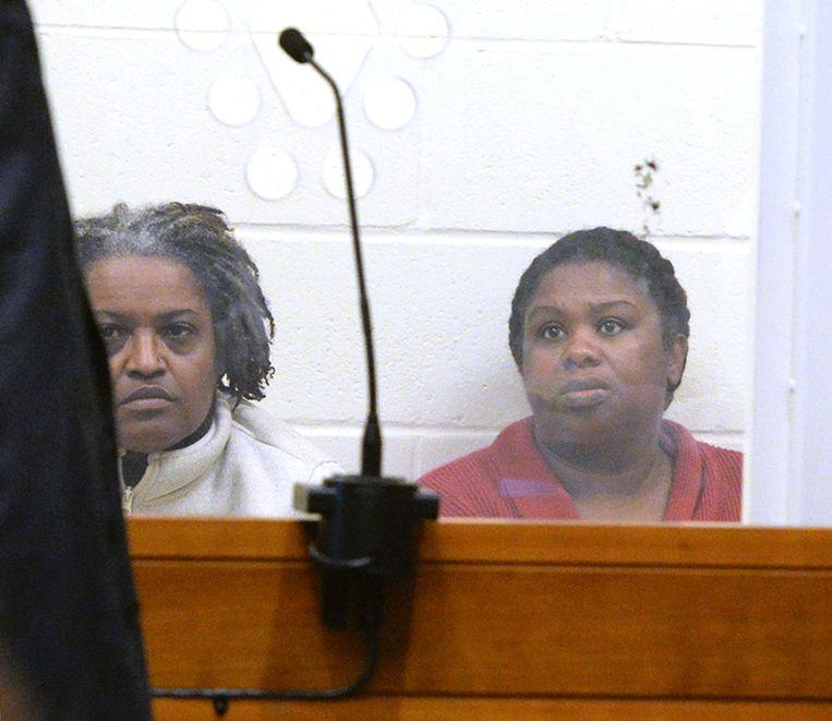 De twee zussen worden er van verdacht een vijfjarig meisje ernstig te hebben mishandeld.