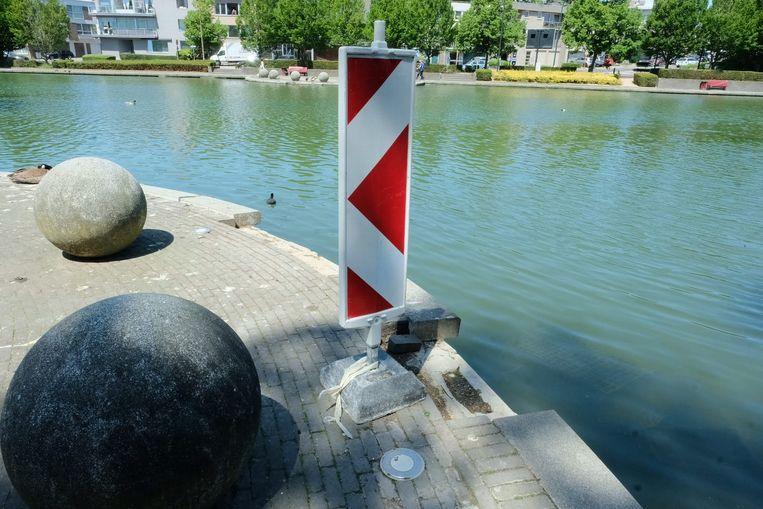 Onder meer de sierbollen in het Park Mariadal in Zaventem die regelmatig door vandalen in het water gegooid werden, zullen opnieuw verankerd worden.