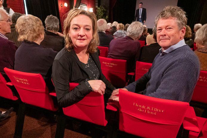 Agnes den Hartogh, voorzitter van de Rotary Vlissingen en haar man Auke Klaver kwamen de stoel van de Rotary in Klein Theater De Verwachting in Ritthem inwijden. Op de achtergrond voorzitter Alex Achterhuis van stichting Ons Dorpsleven op het podium.