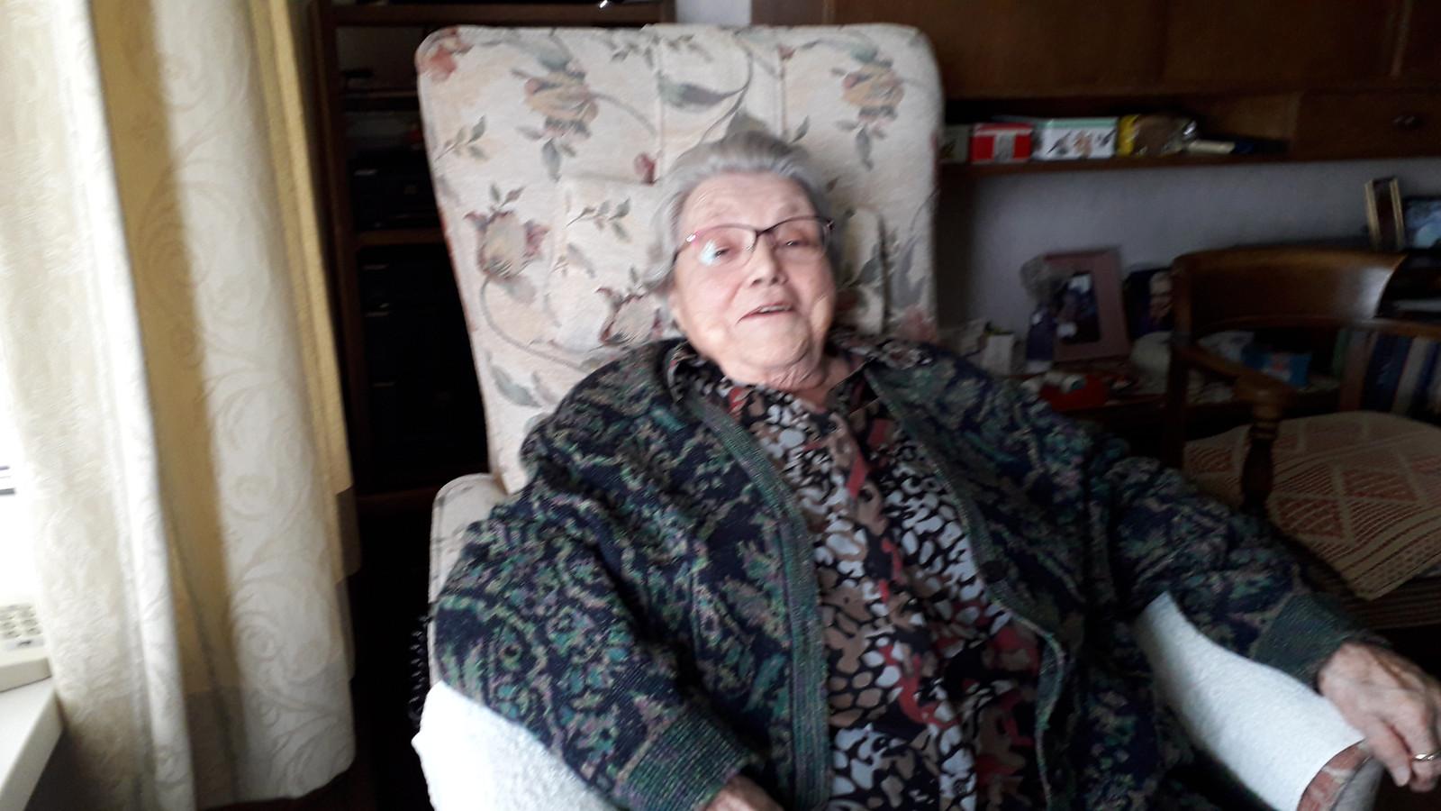 Ria van Dijk in haar stoel. 'Ik zit in de lappenmand'.
