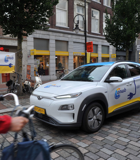 Elektrische proefritten in Dordt: 'Even wennen aan hoe stil de motor is'