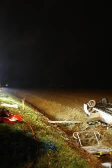 Twee auto's over de kop in Dronten, geen gewonden