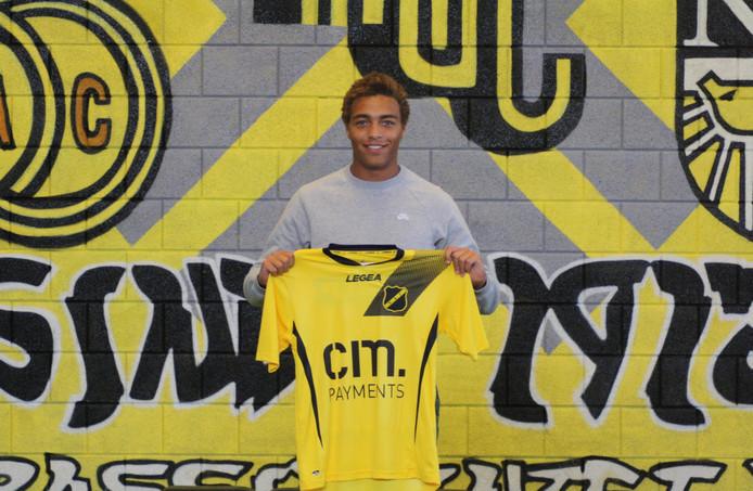 Cyriel Dessers poseert met het shirt van NAC.