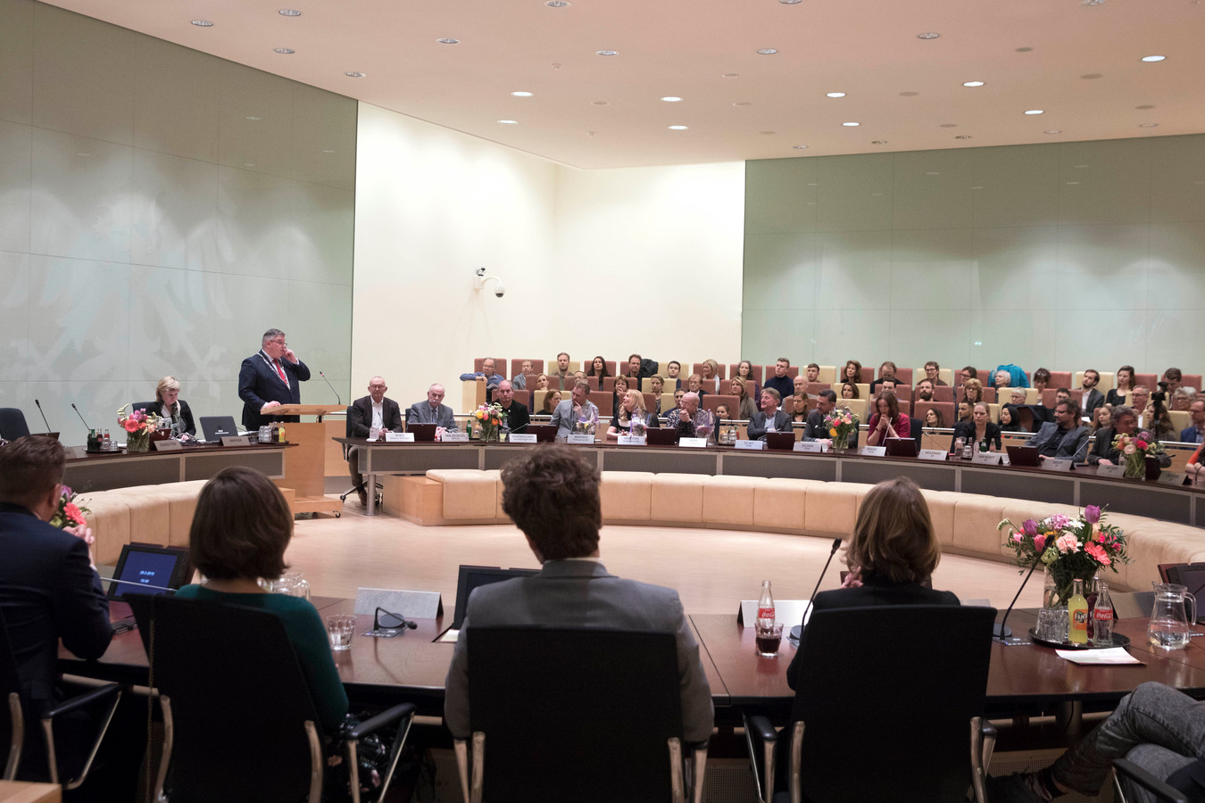 De nieuwe gemeenteraad van Nijmegen wordt maart 2018 toegesproken door burgemeester Hubert Bruls.