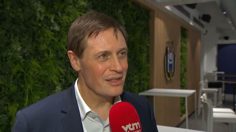 Karel Van Eetvelt voor de camera van VTM Nieuws