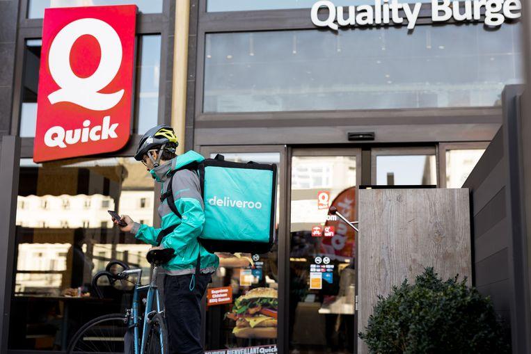 Met de fietskoerier moet je bestelling binnen de vier minuten thuis zijn.
