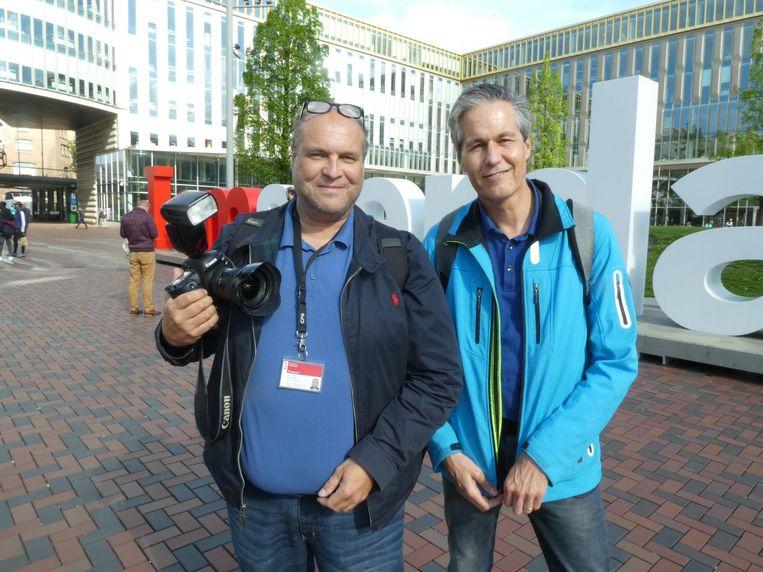 Fotograaf Marco Keyzer en stadsdeelvoorlichter Bert Jansen: 'Het belangrijkste is dat de letters warm zijn onthaald' Beeld Schuim