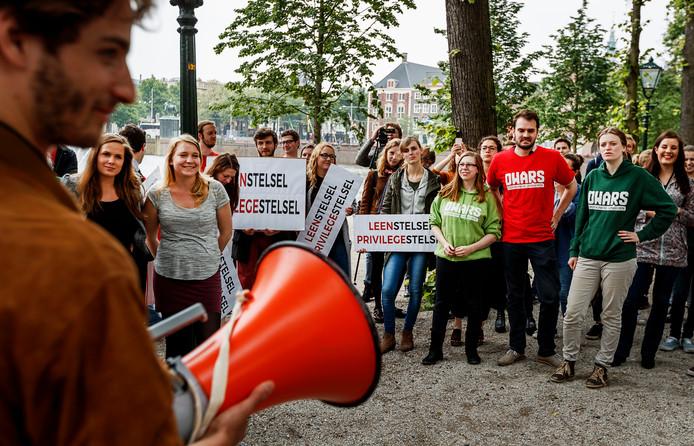 Jongeren- en studentenorganisaties voerden eerder actie bij de Tweede Kamer tegen het leenstelsel.