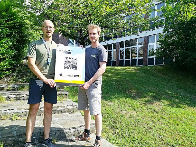 Vormingswerkers Gert Broos en Jasper Vandervorst voor hun gebouw op de citadel.