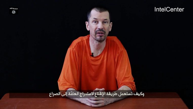 John Cantlie op een still uit een eerdere video van IS. Beeld EPA