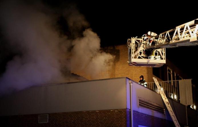 De brand op het dak van het pand aan de Churchilllaan.