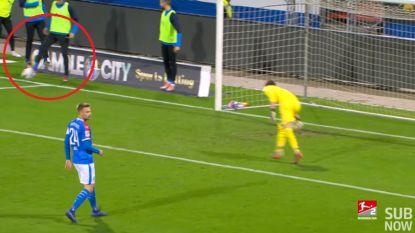 Gekste aanleiding tot penalty ooit? Wisselspeler houdt schot ex-speler Anderlecht binnen, ref wijst naar stip