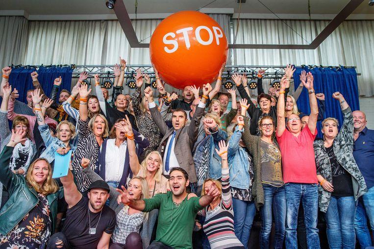 Staatssecretaris Paul Blokhuis (midden) op bezoek in het Stoptoberhuis in Vinkeveen. Hij was er om een groep onlangs gestopte rokers sterkte te wensen. Beeld ANP