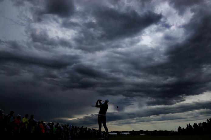 De Amerikaanse golfer Jordan Spieth speelt zijn slag op de Trinity Forest Golf Club in Dallas, na een vier uur durende regenbui. Foto Tom Pennington