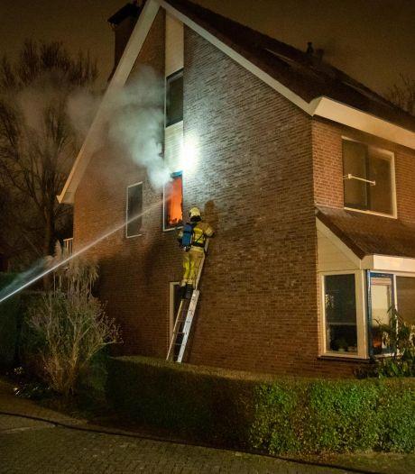 Brandweer tikt ruitje in om kamerbrand in Houten te kunnen blussen
