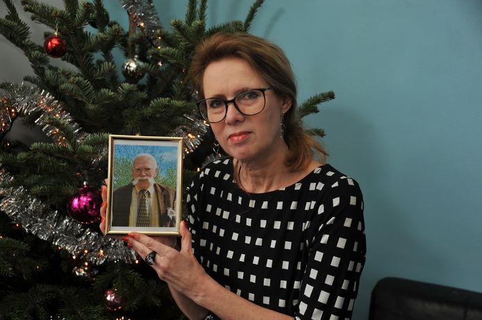 Esther Prent met een foto van haar overleden vader Ben. ,,Hij stond op met een lach, en ging er mee naar bed.''