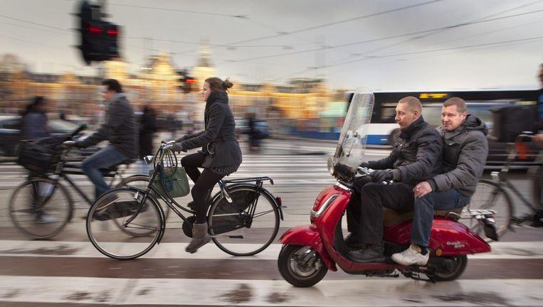 In sommige straten in West wordt de snorscooter naar de rijweg verbannen Beeld Floris Lok