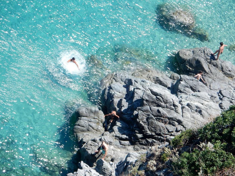 Kinderen uit het dorp springen van de rotsen bij Pietra Grande.