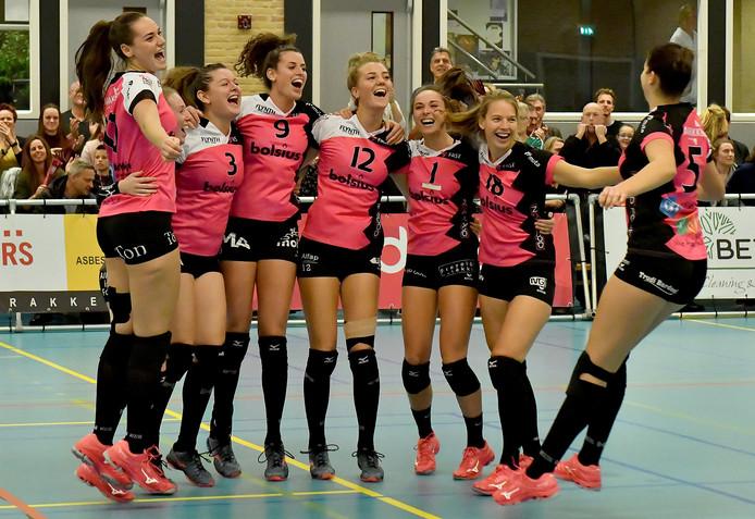 De speelsters van FAST vieren de winst op Zwolle.