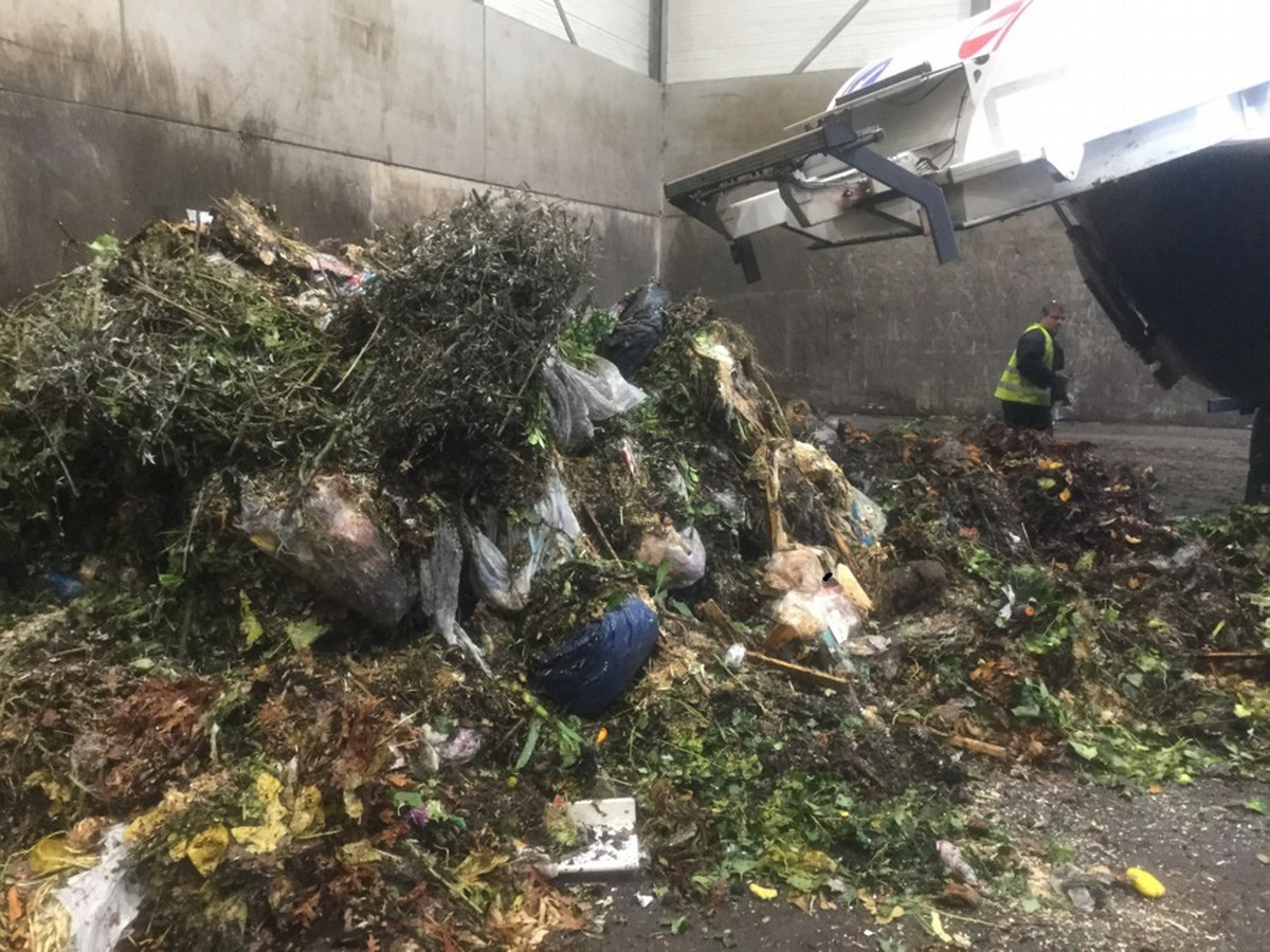 Een berg gft-afval dat door Twente Milieu is afgekeurd, omdat het vervuild is met plastic en ander afval.