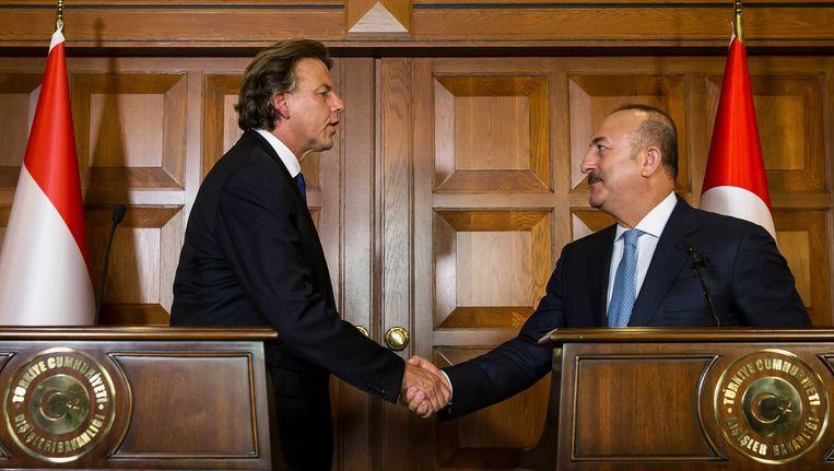 Minister Bert Koenders van buitenlandse zaken (L) en zijn Turkse ambtgenoot Mevlut Cavusoglu in Ankara. Het is voor het eerst sinds de mislukte militaire staatsgreep medio juli dat een Nederlandse bewindspersoon Turkije bezoekt. Beeld ANP