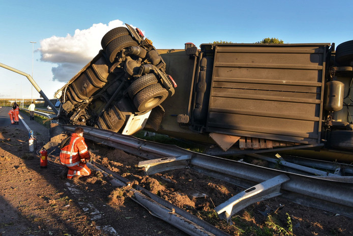 Ongeluk met vrachtwagen op A58 bij Etten-Leur: weg in beide richtingen afgesloten.