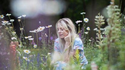 Hedendaagse hekserij: Schrijfster Elfi De Bruyn (35) vertelt over spiritualiteit, kruidenbundels en kristalelixirs