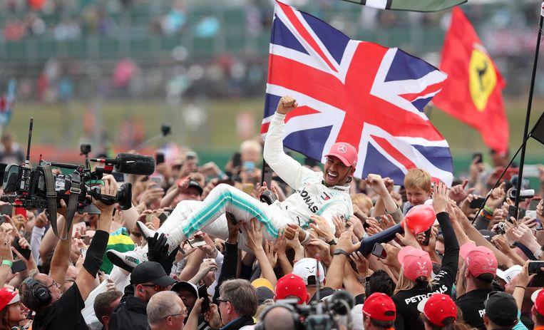 Lewis Hamilton als de gevierde man op Silverstone. Beeld BSR Agency