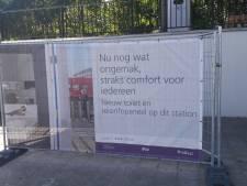 Poepen of plassen op  Apeldoorns station De Maten? Dan moet je nog altijd de bosjes in of bij de buren aanbellen