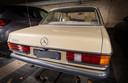 Volgens omwonenden staat deze Mercedes (bouwjaar 1982) al zes jaar in de garage geparkeerd.