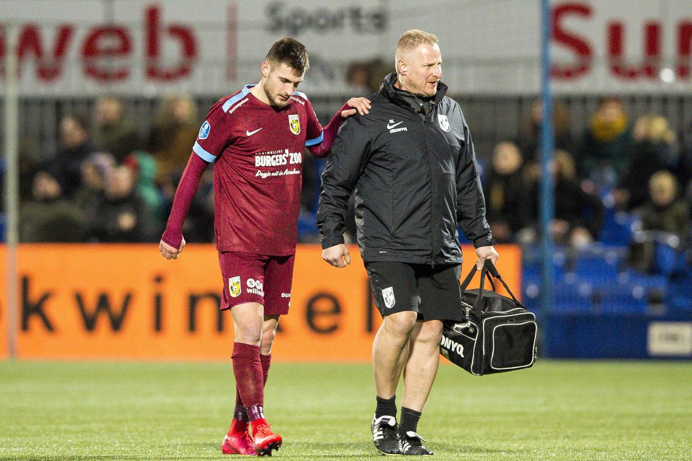 Fysiotherapeut Jos Kortekaas verlaat met Matus Bero het veld bij PEC Zwolle. De medische begeleider behandelt de Slowaak nu voor zijn hamstringblessure op Papendal.