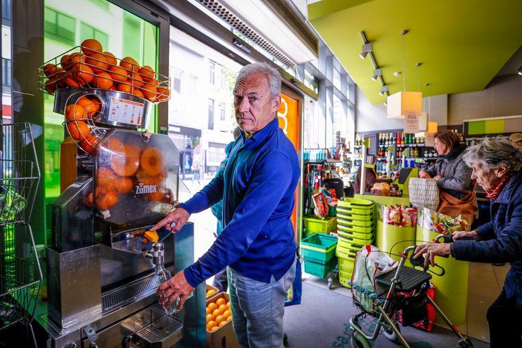Ronny Boomputte bij zijn sinaasappelpers.
