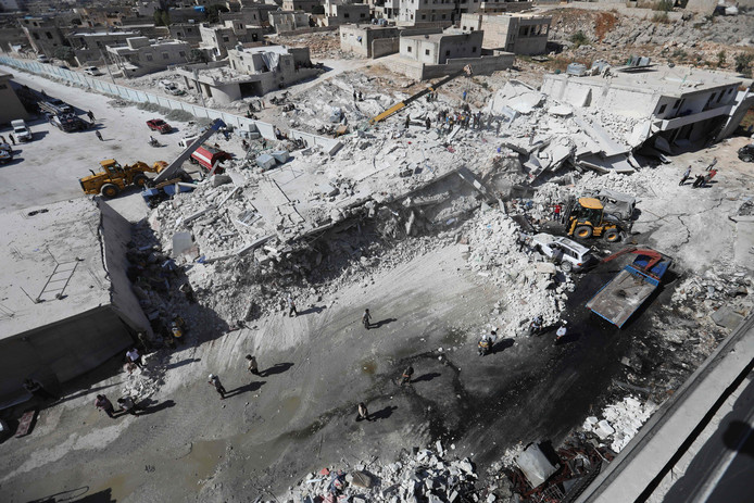 Verwoeste gebouwen na een explosie  in het Syrische Idlib.