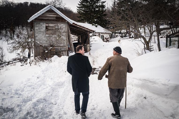 Petrušić Milutin loopt met Nebojša Arsić naar zijn huis in Putinovo. Beeld