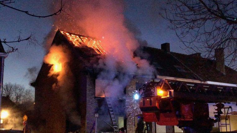 Toen de hulpdiensten arriveerden, sloegen de vlammen al uit het huis in de Pieter De Concincklaan.