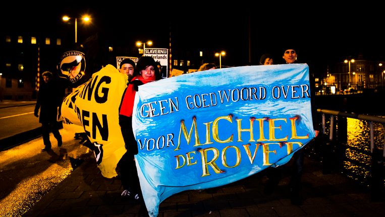 Actievoerders demonstreren bij het Scheepvaartmuseum tegen de film Michiel de Ruyter tijdens de premiere. Beeld ANP Kippa