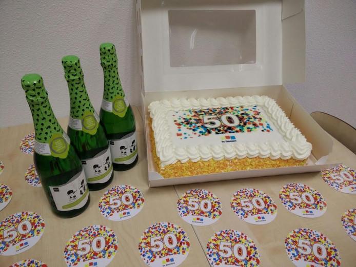 Taart en champagne mogen niet ontbreken bij dit jubileum.