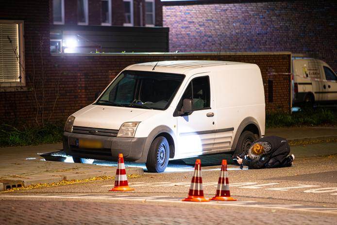 Onder een geparkeerde auto werd een mobiele telefoon gevonden