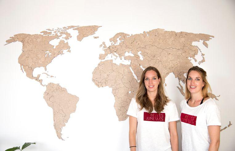 Loes en Lotte De Neve bij de wereldkaart.