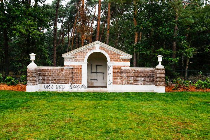 De bekladde kapel op de Mierlo War Cemetery.