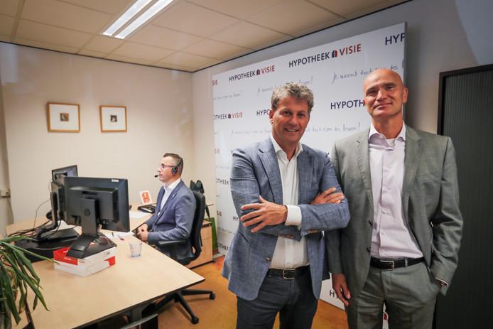 Joost van Rooy (links) en Armand Baas Becking op de afdeling van Hypotheek Visie waar videogesprekken met klanten worden gevoerd.