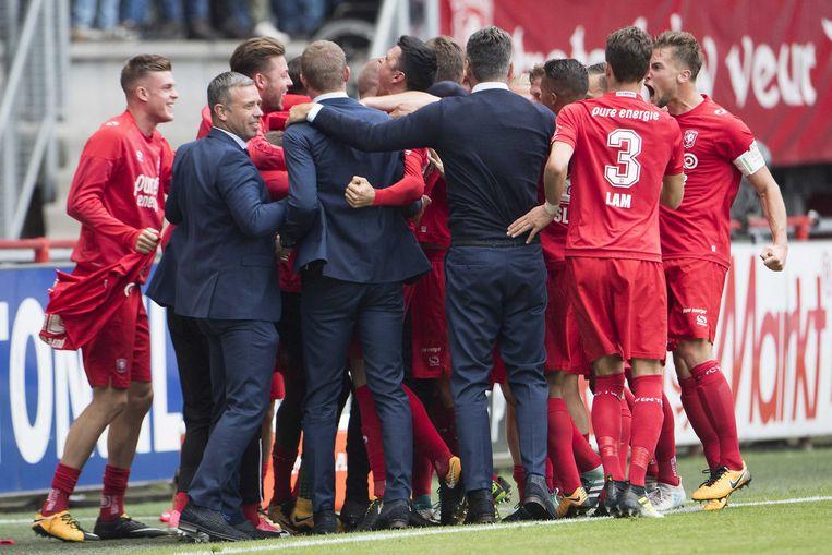 DesSpelers van FC Twente vieren de 4-0 met hun coach René Hake. Beeld ANP Pro Shots