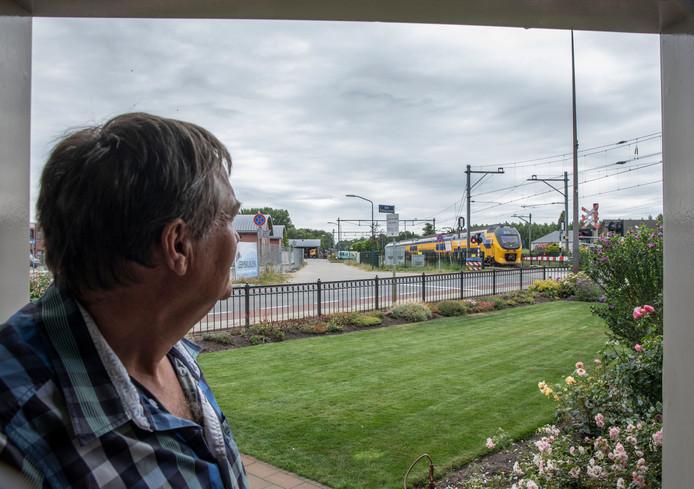 Gerard Cox kijkt hoe een trein passeert.