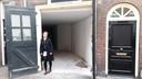 Pepita Steins Bisschop voor het pand waar kindertheater Pietepaf komt in de Stoofstraat